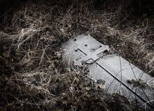 Brompton, Londres - lápida mortuaria con el grabado cruzado medieval en m imagenes de archivo