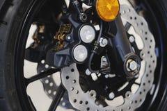 Bromsdiskett på framhjulet av motorcykeln Arkivbild