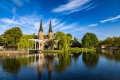Bron är delen av Oospoorten 1514 och det van vid slutet porten Nederländsk kanal Fotografering för Bildbyråer