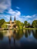 Bron är delen av Oospoorten 1514 och det van vid slutet porten Nederländsk kanal Arkivfoton