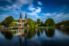 Bron är delen av Oospoorten 1514 och det van vid slutet porten Nederländsk kanal Arkivfoto