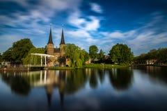 Bron är delen av Oospoorten 1514 och det van vid slutet porten Nederländsk kanal Royaltyfria Foton