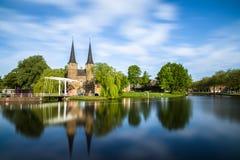 Bron är delen av Oospoorten 1514 och det van vid slutet porten Nederländsk kanal Arkivbild