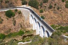 Bron över den Oeiras floden nära den Mertola staden Baixo Alentejo royaltyfria bilder
