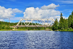 Bron över floden Chirko-Kem Karelia Ryssland Arkivfoton