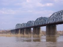 Bron över floden förbinder de två bankerna av den moderna staden av industriella kommunikationer royaltyfri foto