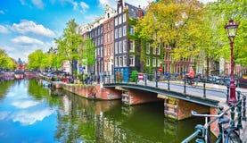Bron över kanalen i Amsterdam Nederländerna inhyser floden Amstel Royaltyfri Foto