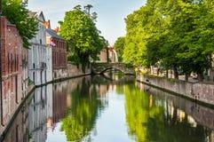 Bron över kanalen med traditionell Europa arkitektur Bruges är Arkivbild