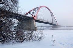 Bron över Obet River i Novosibirsk i vintern Arkivfoton