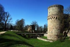 Bron över vallgraven som leder till tornet av slotten Wenden Order Castle Arkivfoto
