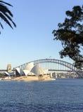 Den operahuset och hamnen överbryggar från trädgårdar Royaltyfri Bild