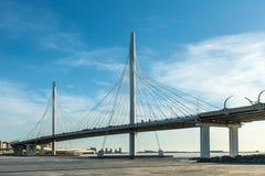 Bron av cirkelhuvudvägvägen över den Neva floden nära munnen av den utom fara dag arkivbilder