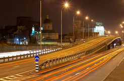 Bron av ett trafikutbyte på natten Royaltyfri Bild