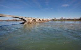 Bron av Pont-Saint-Esprit - Gard - Frankrike Fotografering för Bildbyråer