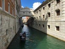 Bron av Sighs är en bro som lokaliseras i Venedig arkivbild