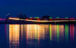 Bron för Chesapeakefjärd på natten som ses från Kent Island, Maryl Royaltyfri Foto