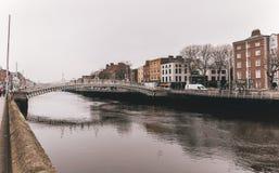Bron för mummel`-encentmyntet, officiellt den Liffey bron, är en fot- bro som byggs i Maj 1816 över floden Liffey i Dublin, Irela arkivfoton