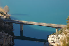 Bron förbinder bergen Royaltyfria Bilder