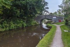 Bron korsar över den Brecon och Monmouthshire kanalen Royaltyfri Fotografi