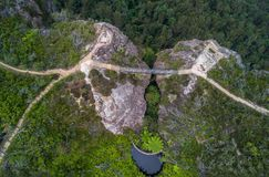 Bron mellan två klippor storslagna Clifftop går blåa berg Arkivbilder