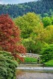 Bron och floden i Lichtentaler Allee parkerar i Baden Baden Royaltyfri Bild
