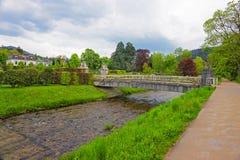 Bron och floden i Lichtentaler Allee parkerar i Baden-Baden Arkivbild