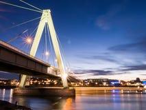 Bron och floden rhine i aftonen i sen solnedgång tänder Arkivfoton