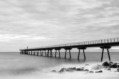 Bron och havet i svartvitt Arkivbilder