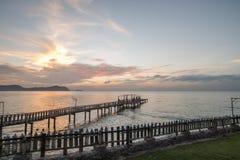 Bron och pavillionen på havet med folk går på bron Royaltyfri Foto
