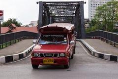 Bron på den Loikroh vägen across knackar floden i den Chiangmai staden Royaltyfria Foton