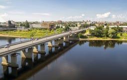 Bron på den Velokaya floden i den Pskov staden Royaltyfria Bilder