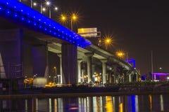 Bron på natten med bron tänder reflexion på vatten Royaltyfri Fotografi
