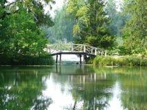 Bron på sjön i Museum-reserven Abramtsevo Arkivbilder