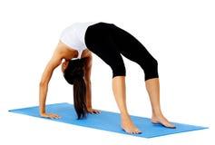 bron poserar yoga Arkivbilder