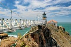 Bron som pekar Bonita Lighthouse utanför San Francisco, Kalifornien står på slutet av en härlig upphängningbro Royaltyfri Fotografi