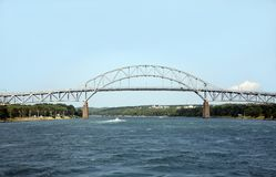 Bron spänner över en vattenväg Arkivfoton