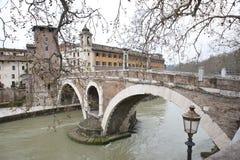 Bron till den Tiberina ön. Arkivbild