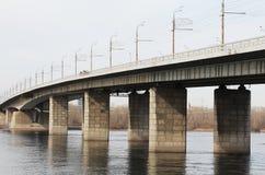 Bron till och med floden Yenisei. Krasnoyarsk. Arkivbilder