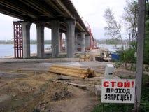 Bron under passage för varnande tecken för konstruktion förbjudas royaltyfri fotografi