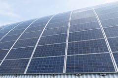 Bron van de zonnepaneel photovoltaic alternatieve elektriciteit in de moderne bouw royalty-vrije stock afbeeldingen