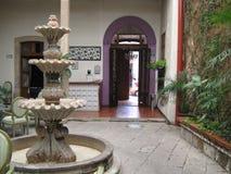 Bron van steengroeve, in de binnenplaats van een huis in het centrum van de stad Morelia, Michoacan, Mexico Stock Fotografie