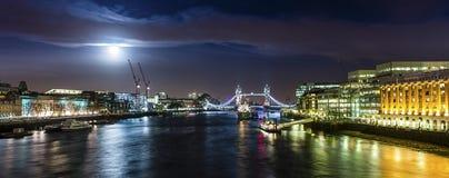 Bron vid natt med månen Royaltyfri Fotografi