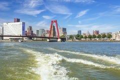 Bron Willemsbrug i Rotterdam som ses från vattnet Fotografering för Bildbyråer