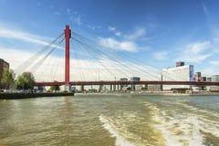Bron Willemsbrug i Rotterdam som ses från vattnet Arkivbilder