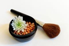 Broncear el polvo de las perlas y el cepillo del maquillaje Fotos de archivo