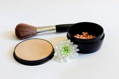 Broncear el polvo de las perlas y el cepillo del maquillaje Fotografía de archivo