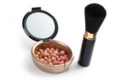Broncear las perlas y el cepillo del maquillaje Fotos de archivo libres de regalías