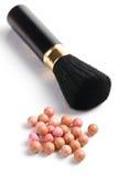 Broncear las perlas y el cepillo del maquillaje Imagen de archivo libre de regalías
