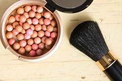 Broncear las perlas y el cepillo del maquillaje Fotografía de archivo libre de regalías