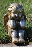 Brons behandla som ett barn ängelskulptur Arkivfoto